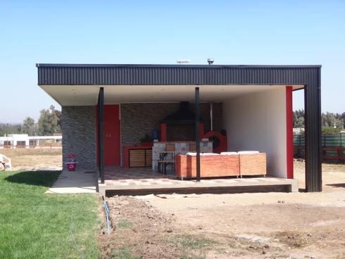 QUINCHO FACHADA NORTE: Casas unifamiliares de estilo  por ARKITEKTURA