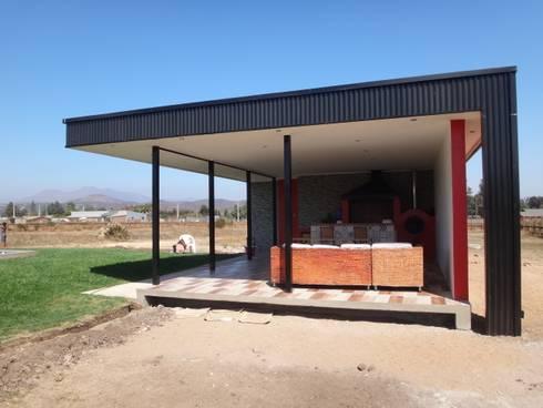 QUINCHO FACHADA NOR PONIENTE: Casas unifamiliares de estilo  por ARKITEKTURA