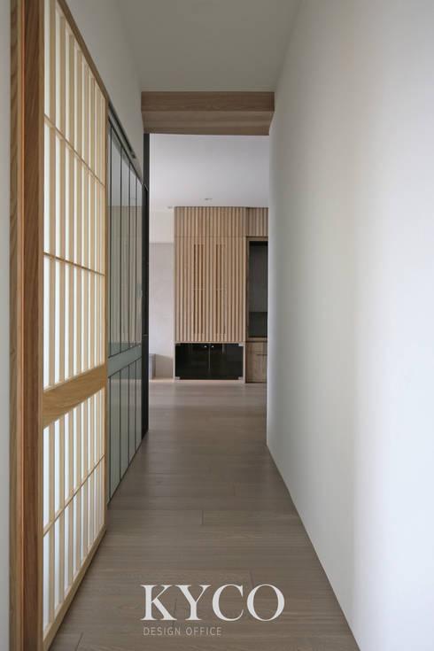 板橋湛藍新天地(現代簡約禪風):  走廊 & 玄關 by 芮晟設計事務所