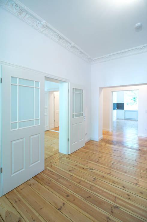 Eine neue Flügeltür für eine offene Wohnraumgestaltung:  Wohnzimmer von Holzeco GmbH - Komplettsanierungen in Berlin