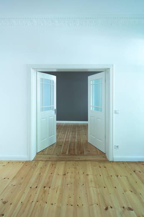 Offene Wohnraumgestaltung durch eine Flügeltür:  Wohnzimmer von Holzeco GmbH - Komplettsanierungen in Berlin