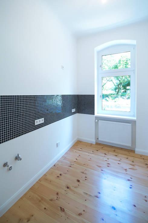 Renovierung einer Küche mit Dielenboden in Berlin:  Küche von Holzeco GmbH - Komplettsanierungen in Berlin