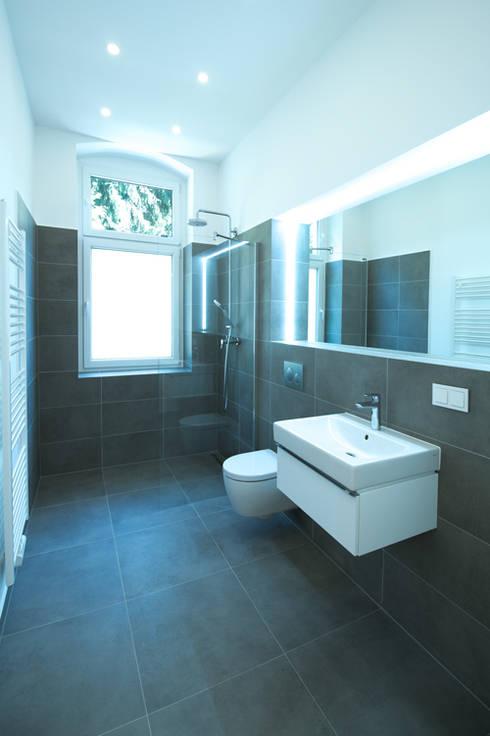 Komplettsanierung einer Altbauwohnung in Berlin-Steglitz:  Badezimmer von Holzeco GmbH - Komplettsanierungen in Berlin