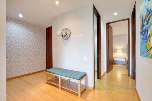 Gauss, disfruta cada espacio: Pasillos y vestíbulos de estilo  por Natalia Mesa design studio