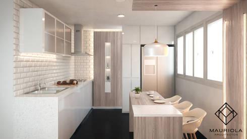 Remodelación Cocina en colores claros: Cocinas equipadas de estilo  por Mauriola Arquitectos