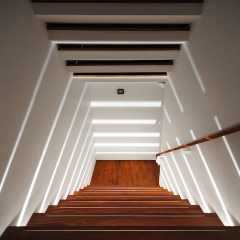 室內設計 瑞芳居 HL House :  樓梯 by 黃耀德建築師事務所  Adermark Design Studio