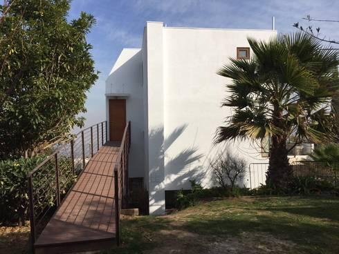 RAMPA DE ACCESO DESDE JARDIN: Casas unifamiliares de estilo  por Arqsol