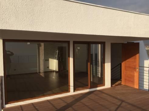DORMITORIO EN PENTHOUSE CON SALIDA HACIA TERRAZA: Dormitorios de estilo moderno por Arqsol
