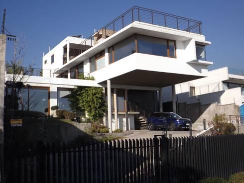VISTA DE PENTHOUSE DESDE FACHADA CALLE: Casas unifamiliares de estilo  por Arqsol