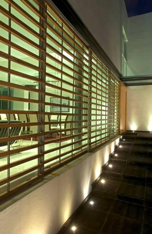 Casa ZR: Ventanas de madera de estilo  por TaAG Arquitectura