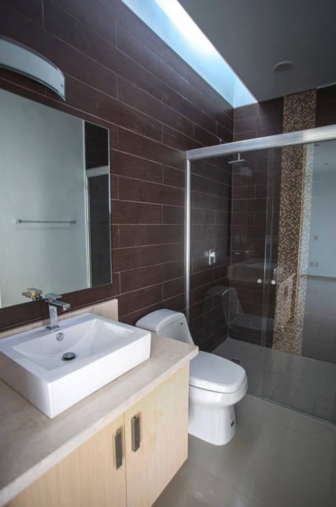 Altavista Residencial: Baños de estilo  por TaAG Arquitectura