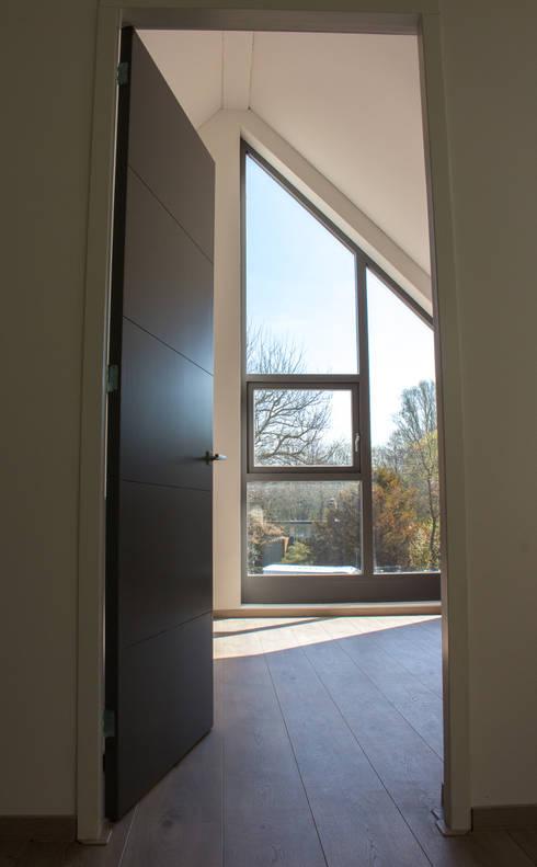 Moderne duinwoning in Castricum: moderne Slaapkamer door Nico Dekker Ontwerp & Bouwkunde