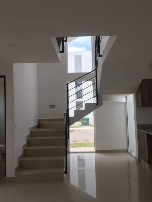 Escaleras de estilo  por Integra Arquitectos