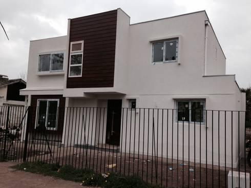 fachada calle : Casas de estilo moderno por Arqsol