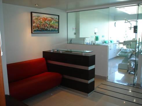SALA DE RECEPCION Y MUEBLE SECRETARIA: Oficinas y tiendas de estilo  por Arqsol