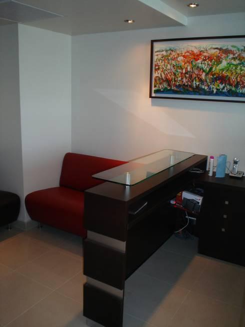 MUEBLE DE RECEPCION Y SALA DE ESPERA: Oficinas y tiendas de estilo  por Arqsol