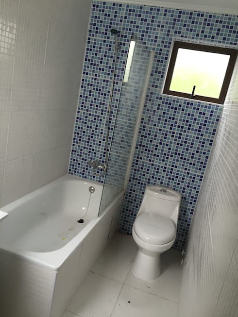 baño de niños del segundo nivel: Baños de estilo moderno por Arqsol
