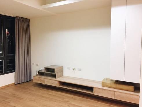 簡約視廳:  客廳 by 圓方空間設計
