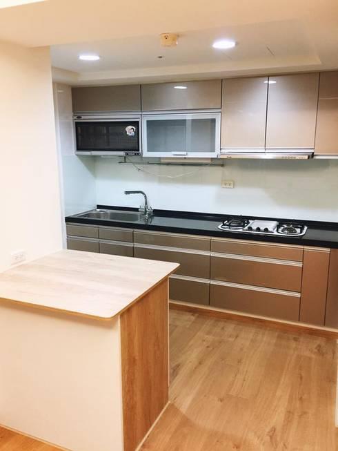 小而美廚房:  置入式廚房 by 圓方空間設計