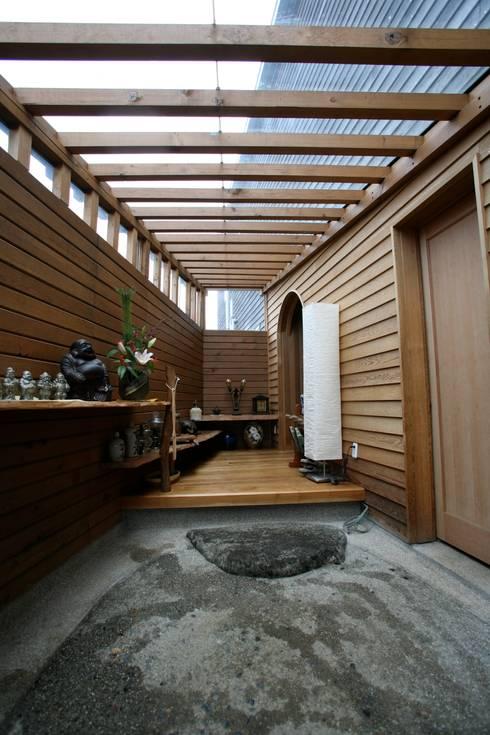 玄関: 株式会社高野設計工房が手掛けた天窓です。