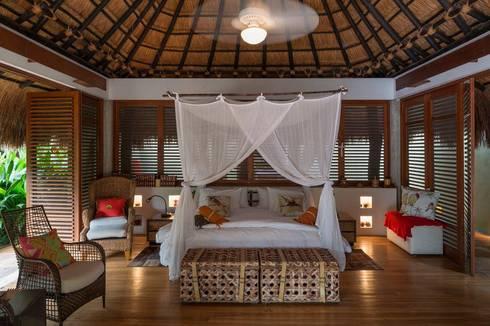 Casa Mesa de Yeguas: Habitaciones de estilo tropical por NOAH Proyectos SAS