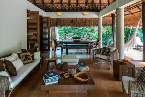 Casa Mesa de Yeguas: Salas de estilo tropical por NOAH Proyectos SAS