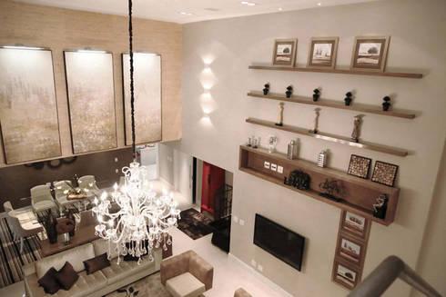 Apartamento – CLÁSSICO E CONTEMPORÂNEO: Salas de estar clássicas por INSIDE ARQUITETURA E DESIGN