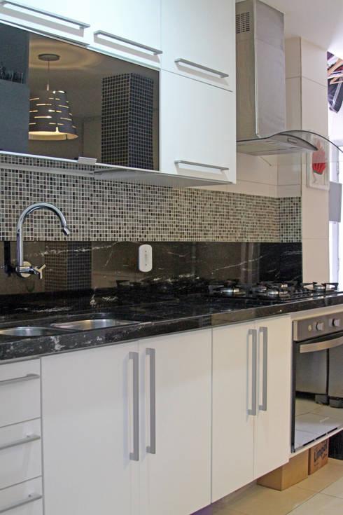 Cozinha e Banheiro Apartamento Copacabana: Armários e bancadas de cozinha  por Claudia Saraceni