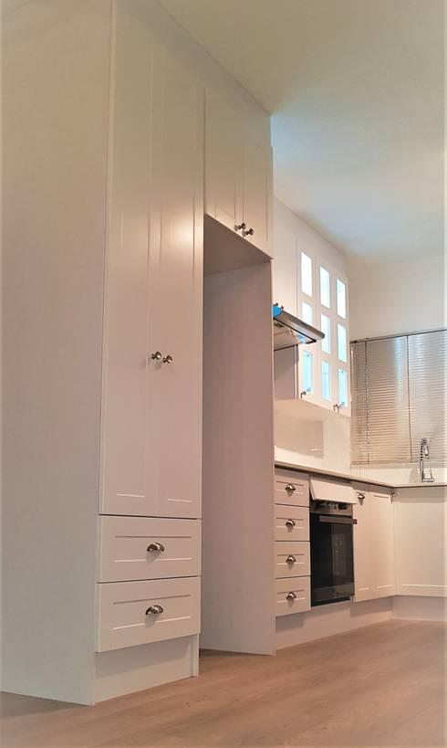 Studio Kitchen : minimalistic Kitchen by Zingana Kitchens and Cabinetry
