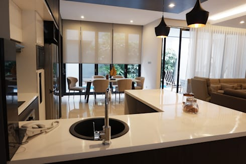 Modern Masculine house:  Ruang Makan by Exxo interior