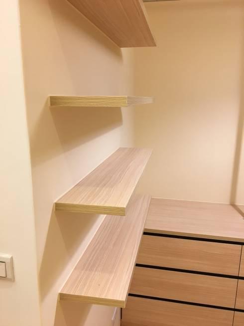 裝潢免百萬 利用現有格局及顏色的搭配 打造完美的家:  更衣室 by 捷士空間設計