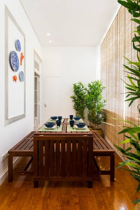 Varanda_Zona de refeição: Varanda, marquise e terraço  por Traço Magenta - Design de Interiores
