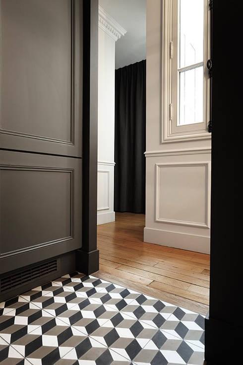 Restructuration d'un appartement haussmannien: Couloir et hall d'entrée de style  par Créateurs d'interieur