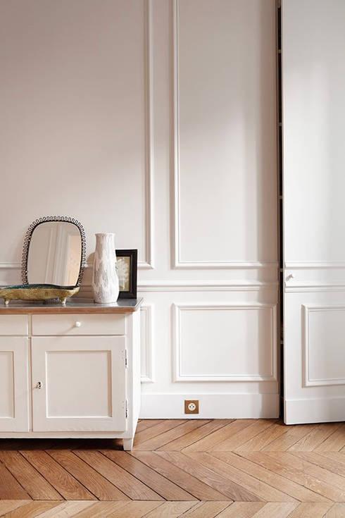 Restructuration d'un appartement haussmannien: Salon de style de style Moderne par Créateurs d'interieur