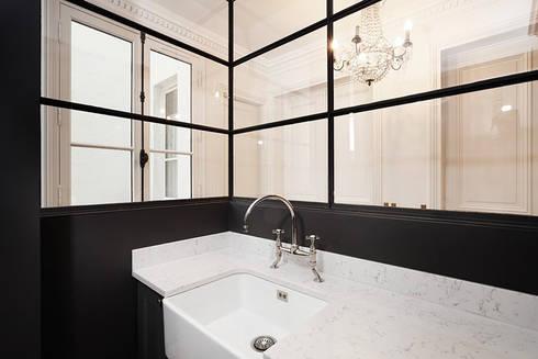 Restructuration d'un appartement haussmannien: Salle de bains de style  par Créateurs d'interieur
