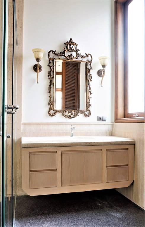 Second Floor Bathroom:  Bathroom by ARF interior