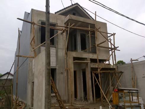 Kondisi Bangunan Setengah Jadi:  Rumah tinggal  by Amirul Design & Build