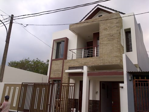 Tampak Samping Kanan Bangunan:  Rumah tinggal  by Amirul Design & Build