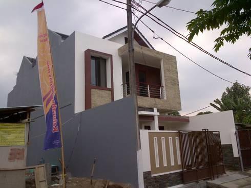 Tampak Samping Kiri Bangunan:  Rumah tinggal  by Amirul Design & Build