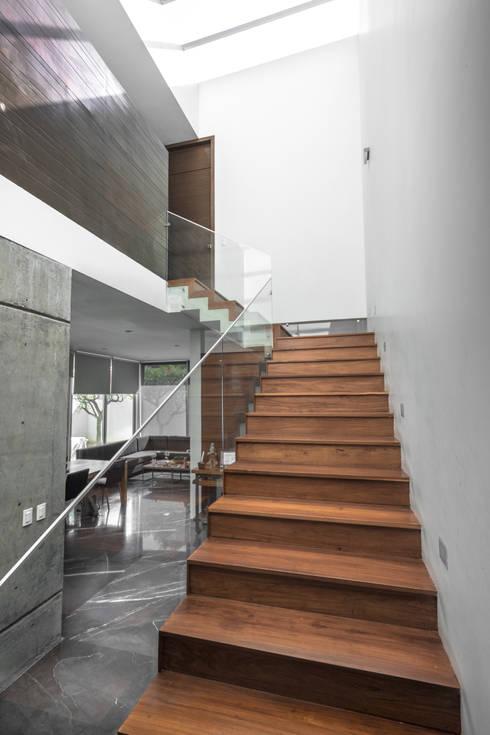 Casa Al Villa: Escaleras de estilo  por TaAG Arquitectura