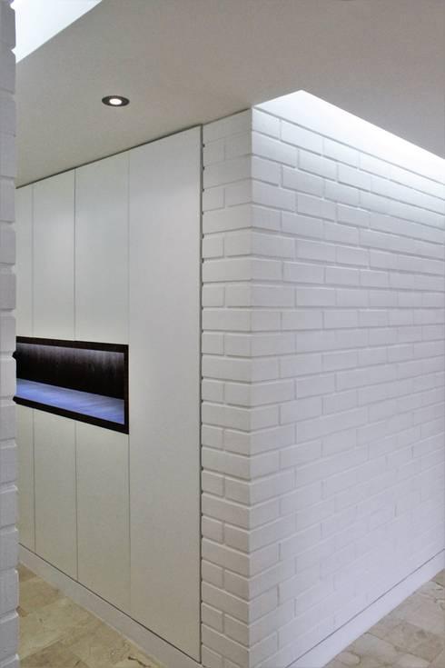 Apartamento en Chulavista: Closets de estilo minimalista por RRA Arquitectura