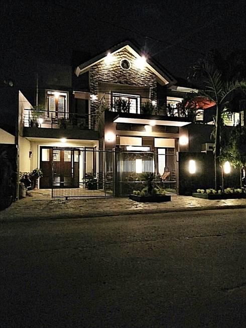 Tampak Rumah di Malam Hari:  Rumah by Amirul Design & Build