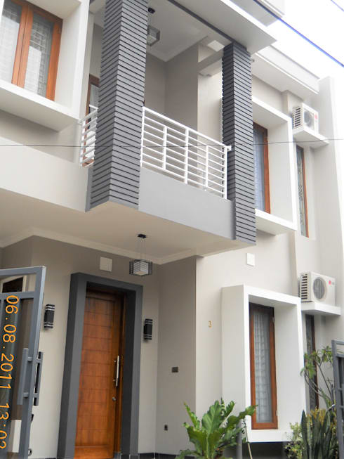Tampak Balkon Atas yang Menggantung:  Rumah tinggal  by Amirul Design & Build
