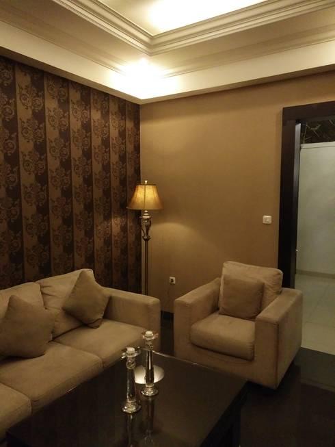 R. Tamu yang cozy:  Ruang Keluarga by Amirul Design & Build
