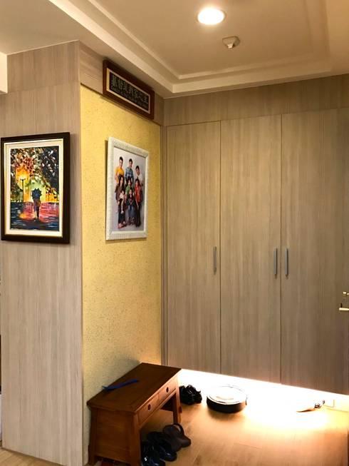 玄關的置物與鞋櫃:  走廊 & 玄關 by 圓方空間設計