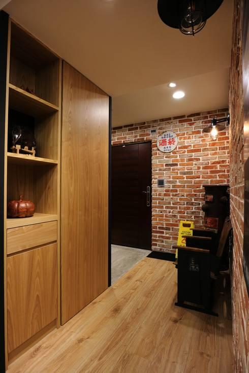 質感輕工業與懷舊三合院的幸福調和:  走廊 & 玄關 by 青築制作