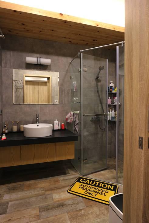 質感輕工業與懷舊三合院的幸福調和:  浴室 by 青築制作