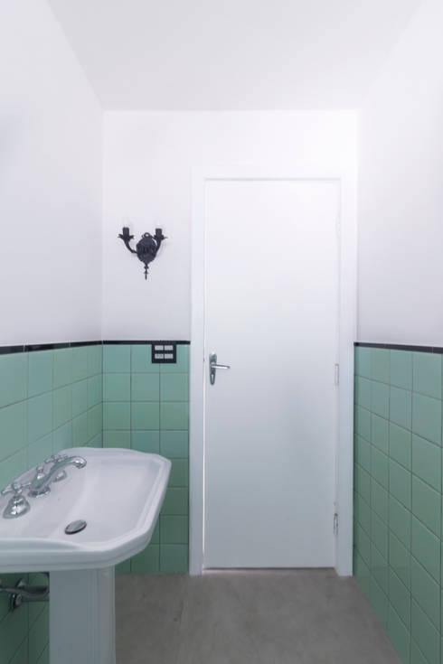 Banheiro vintage e cheio de estilo: Banheiros  por INÁ Arquitetura