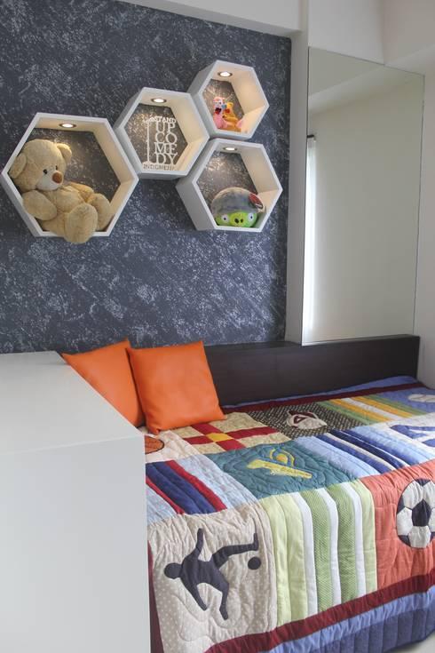 Galeri Ciumbuleuit II - Tipe 2 Bedroom:  Kamar tidur anak by POWL Studio