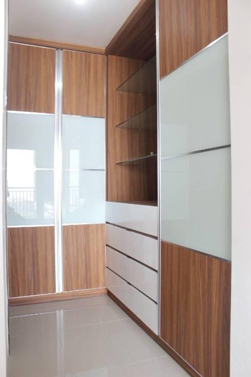Galeri Ciumbuleuit III - Tipe 3 bedroom:  Dressing room by POWL Studio